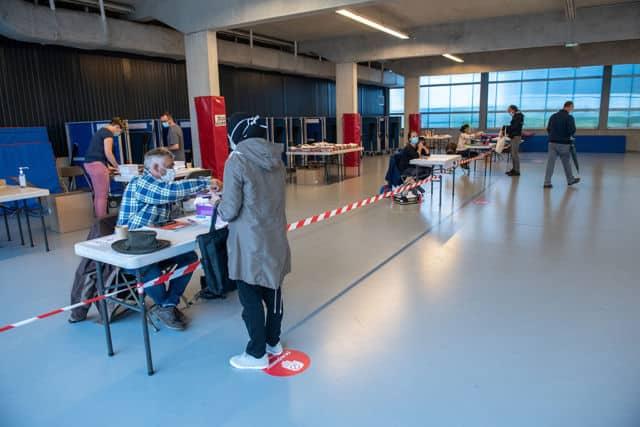 La distribution des masques s'est déroulée dans des salles communales © Jean Sébastien Faure - Ville de Grenoble