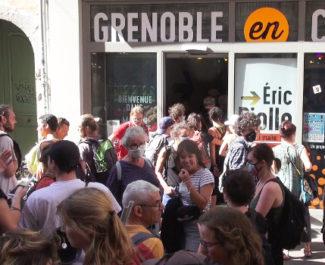 Près d'une centaine de soutiens aux jeunes majeurs étrangers ont investi le local de campagne d'Éric Piolle. © Joël Kermabon - Place Gre'net