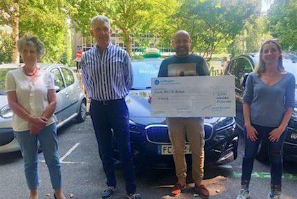 Nathalie Beranger et Catherine Bolze remettant symboliquement un chèque de 2000€ aux chauffeur de taxis © Julien Morceli- Place Gre'net