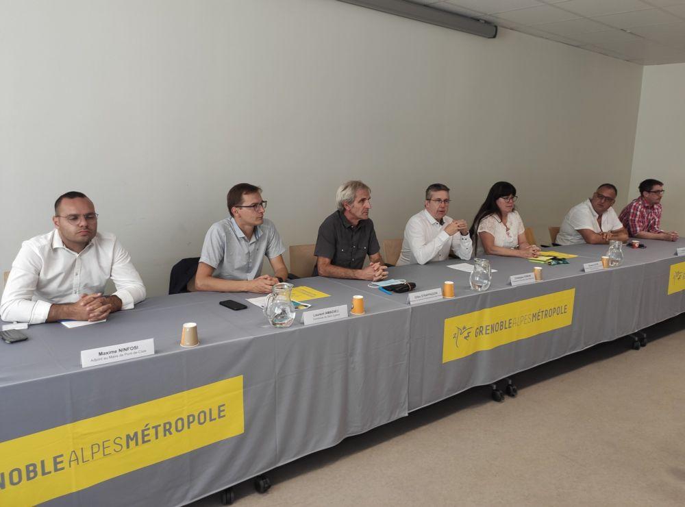 Une conférence de presse du président de la Métropole de Grenoble entouré d'élus municipaux © Florent Mathieu - Place Gre'net