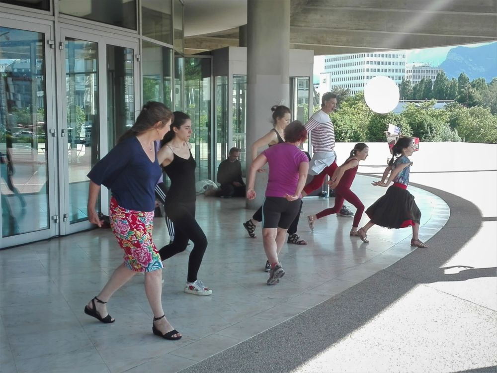 Animation de danse avec la compagnie de Jean-Claude Gallotta devant la MC2: Grenoble à l'occasion de sa réouverture post-confinement en juin 2020. © Paul Turenne - Placegrenet.fr