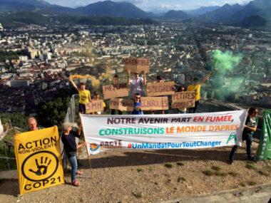 """Le Collectif """"Métro"""", soutenu par Alternatiba Grenoble, a mené un dernière action ce lundi 22 juin au sommet de la Bastille. © Anissa Duport-Levanti - Place Gre'net"""