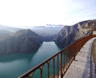 Pour profiter de la superbe vue sur le lac de Monteynard, il faudra encore attendre un an. © Anissa Duport-Levanti - Place Gre'net