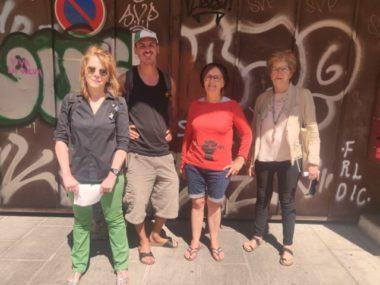 Les membres du Dal 38 devant l'accès des locaux du CCAS, rue Sergent-Bobillot où ils auraient dû emménager. © Julien Morceli – Place Gre'net