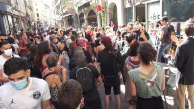 Manifestation en soutiens au jeunes majeurs étrangers devant le local de campagne d'Éric Piolle. © Joël Kermabon - Place Gre'net© Joël Kermabon - Place Gre'net