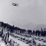 Avion survolant la nécropole de Saint-Nizier-du-Moucherotte pour la cérémonie du 21 juillet.