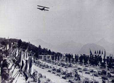 Commémoration de l'anniversaire des combats du Vercors. Avion survolant la nécropole de Saint-Nizier-du-Moucherotte pour la cérémonie du 21 juillet.