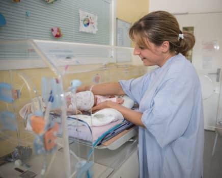 En plein Ségur de la santé, la décision du CHU de Grenoble de transférer un poste de la maternité vers un autre service passe mal auprès du personnel.