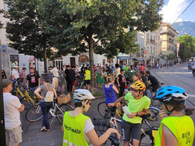 Rassemblement de la « vélorution » jeudi 25 juin place Notre-Dame à Grenoble © Florent Mathieu - Place Gre'net