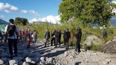 La vélorutiona été accueillie par les forces de l'ordre qui embarquent l'un des organisateurs, sur les friches Neyrpic, mercredi 17 juin 2020 © Séverine Cattiaux- Placegrenet.fr