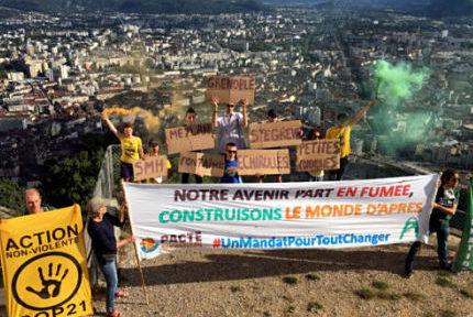 """COUV Le Collectif """"Métro"""", soutenu par Alternatiba Grenoble, a mené un dernière action ce lundi 22 juin au sommet de la Bastille. © Anissa Duport-Levanti - Place Gre'net"""
