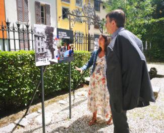 Lætitia Vendittelli présente l'exposition sur Saint-Laurent à Patrick Curtaud. © Joël Kermabon - Place Gre'net