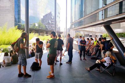 Une cinquantaine de soutiens prèsents devant le palais de justice pour le procès des si gilets jaunes. © Joël Kermbon - Place Gre'net