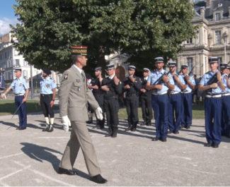 Le général Hervé de Courrèges passant les troupes en revue lors du 14 juillet 2020. © Joël Kermabon - Place Gre'net