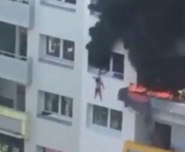 Les sauveteurs ont rattrapé les enfants après une chute de quinze mètres dans le vide. Source : vidéo de Souhaila Saidi
