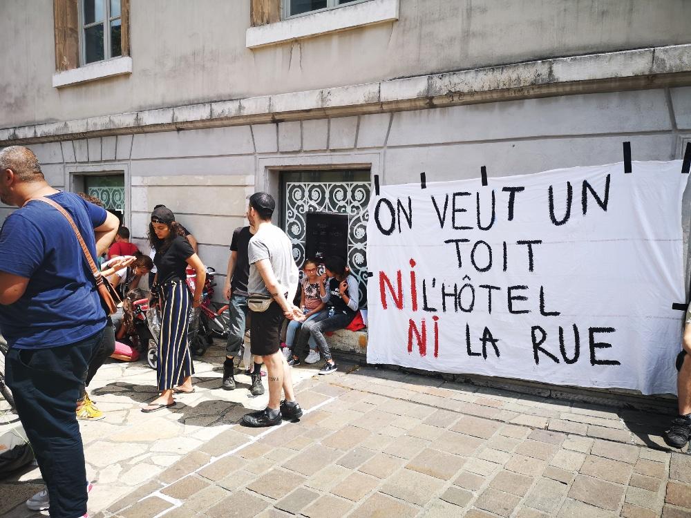 Droit au logement veut recenser les logements vides. Action du DAL 38 en juillet 2020 © Joël Kermabon - Place Gre'net