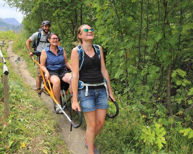 Le Parc des Écrins accessible aux personnes en situation de handicap grâce aux joëlettes © Parc national des Écrins
