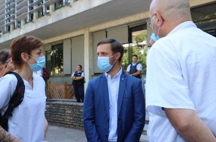 Après la manifestation du personnel de l'hôpital, le maire de Voiron et le président du Pays voironnais tirent à leur tour la sonnette d'alarme.