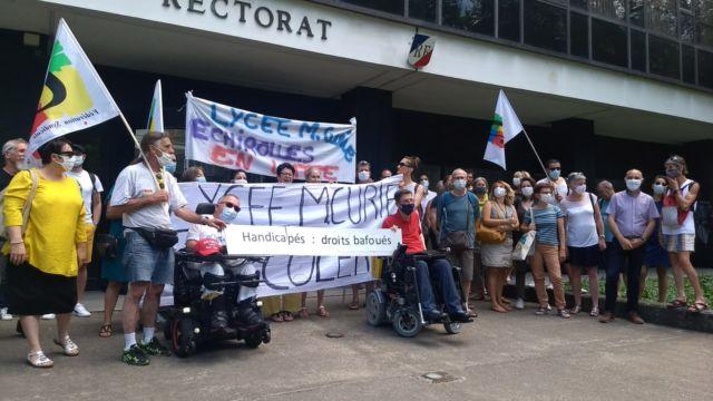 Des enseignants mobilisés pour leurs collègues handicapés.