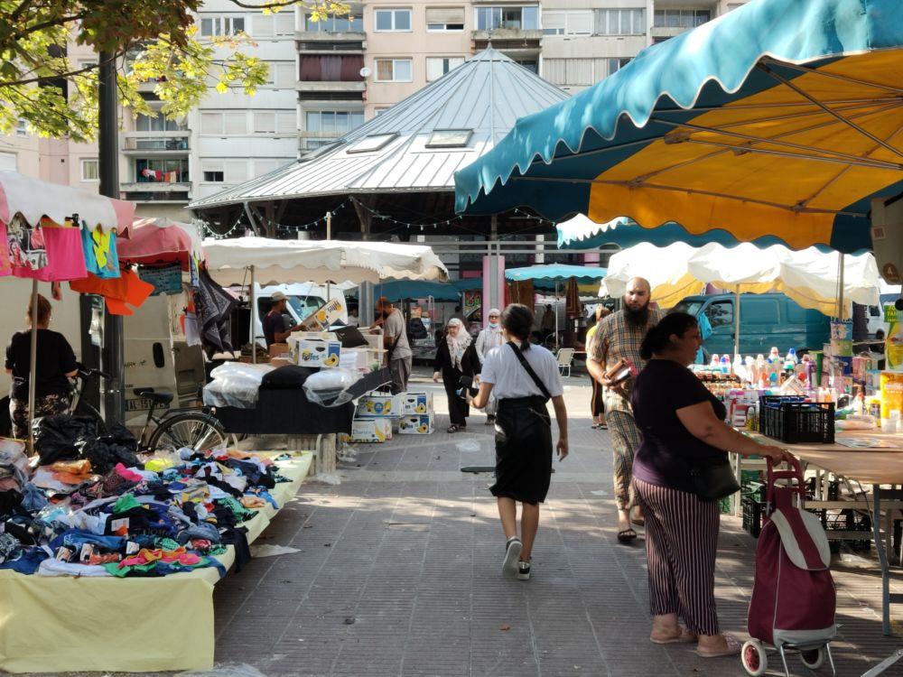 La Métro lance l'Automne des marchés. Avec l'Automne des marchés, la Métropole veut mettre en avant la diversité des marchés du territoire grenoblois (ici le marché du quartier Villeneuve à Grenoble) © Corentin Bemol - Place Gre'net