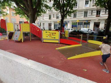 Le parc propose des jeux adaptés aux enfants porteurs de tous types de handicaps