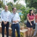 Eric Piolle et les porteuses du projets devant la terrasse ludique