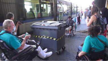 Une poubelle gêne en plein milieu du trottoir. © Joël Kermabon - Place Gre'net