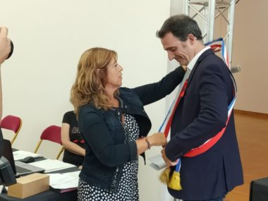 Remise de l'écharpe au maire Eric Piolle après l'élection au conseil municipal de Grenoble