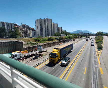 Manœuvre délicate sur le nouveau pont de Catane durant les travaux de l'A480