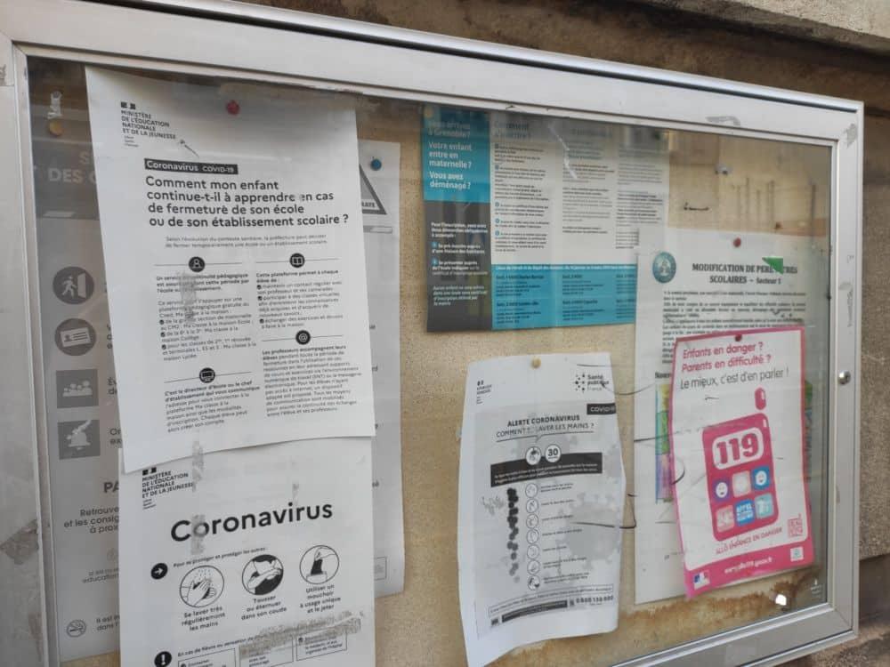 Affichage d'information Covid devant une école de Grenoble © Florent Mathieu - Place Gre'net