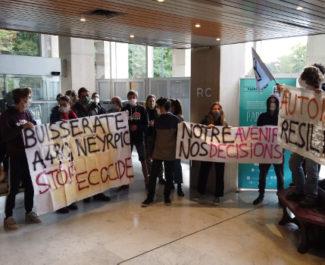 Les activistes de Fridays for future Grenoble ont investi le hall du siège de la Métro. © Joël Kermabon - Place Gre'net