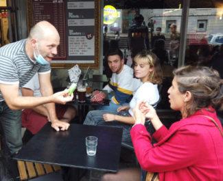 Un acteur s'impose auprès d'une cliente sous le regard surpris des étudiants présents. © Joël Kermabon - Place Gre'net