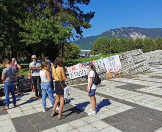 """Rassemblement en soutien aux étudiants """"sans fac"""" devant la présidence de l'UGA. © JOël Kermabon - Place Gre'net"""