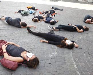 Les militants de SOS Méditerranée ont gardé la posture durant une demi-heure. © Joël Kermabon - Place Gre'net