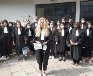 Les avocats ont observé une minute de silence en mémoire d'Ebru Timtik. © Joël Kermabon - Place Gre'net