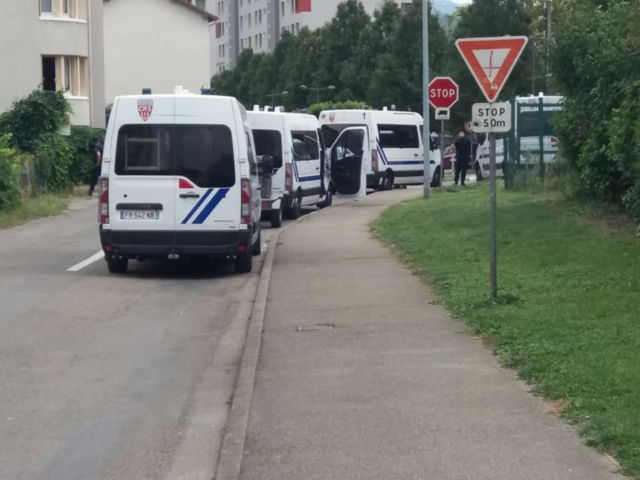 Des cars de CRS pour accompagner une manifestation devant les Jardins de la Buisserate © Photo Facebook