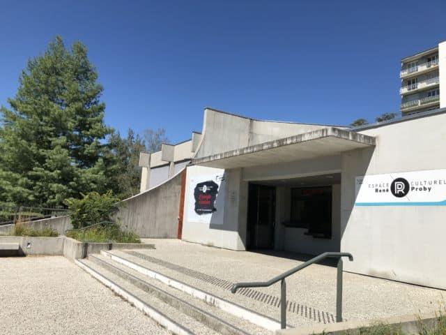 La programmation se déploie principalement sur les salles L'Heure Bleue et l'espace culturel René-Proby © Laure Gicquel - Place Gre'net