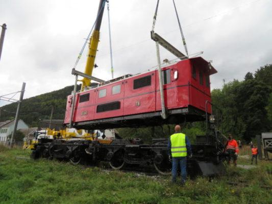 La locomotive du petit train de La Mure retrouve ses rails. Le wagon a été mis sur essieux grâce à deux grues. © Tim Buisson - Place Gre'net.