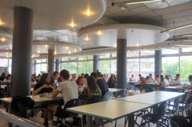 Les étudiants déjeunent au restaurant universitaire le Home Trattoria de Chavant © Simon Marseille - Place Gre'net