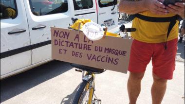 Des anti-masque parmi les manifestants. © Joël Kermabon - Place Gre'net