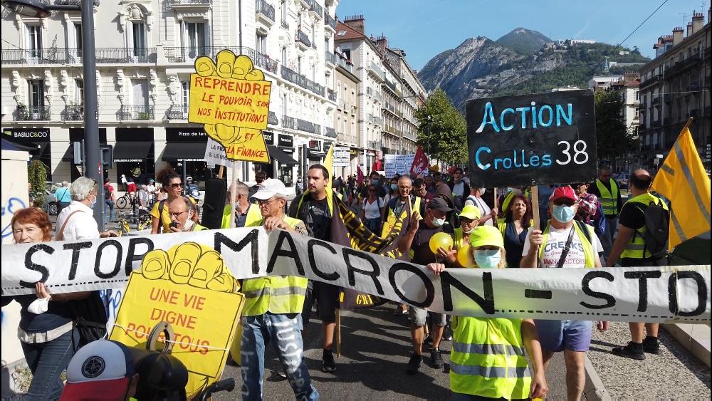 Un 17 novembre riche en rassemblements à Grenoble. Les Gilets Jaunes se rassemblent place Hubert-Dubedout © Joël Kermabon - Place Gre'net