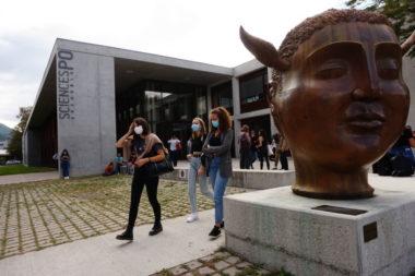 Sciences Po, UGA, vue extérieure avec étudiants masqués. © Simon Marseille - Place Gre'net
