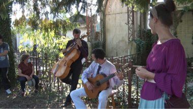 Une balade à Saint-Roch ponctuée de moments musicaux exécutés par Benôit Grelier (violoncelle) et Florent Montignac (guitare). © Joël Kermabon - Place Gre'net