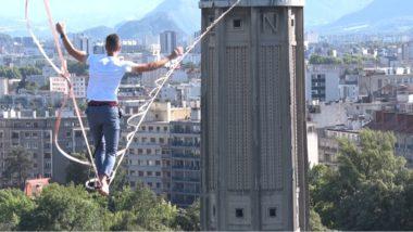 Au titre de la culture cet été à Grenoble, la traversée du funambule Nathan Paulin de la mairie à la tour Perret. © Joël Kermabon - Place Gre'net