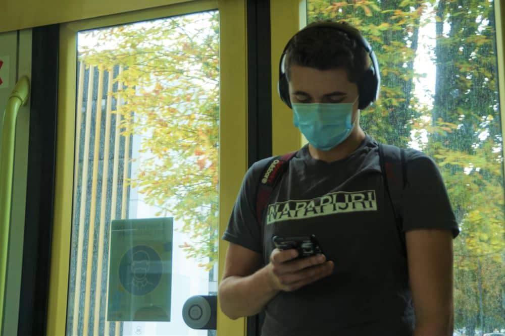 Un étudiant masqué dans le tram B © Simon Marseille - Place Gre'net