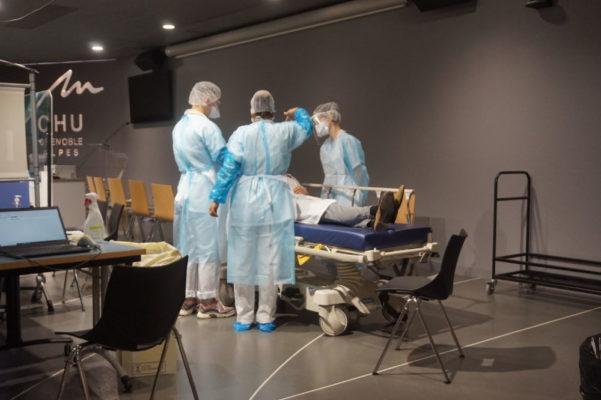 Un membre du personnel hospitalier se fait dépister au centre de dépistage du CHU de La Tronche © Simon Marseille – Place Gre'net