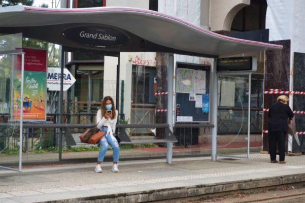 Une étudiante masquée attend le tram B à l'arrêt Grand Sablon © Simon Marseille - Place Gre'net