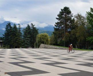 Une personne à vélo sur la Place des Monts au campus de l'UGA © Simon Marseille - Place Gre'net
