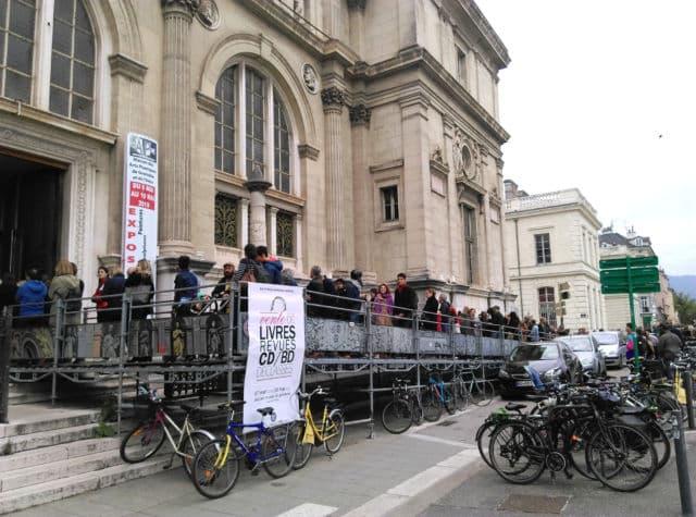 En mai 2019, la vente de livres et BD de la Bibliothèque municipale de Grenoble rencontrait un franc succès. Cette année, la distanciation physique sera de mise. © Florent Mathieu - Place Gre'net