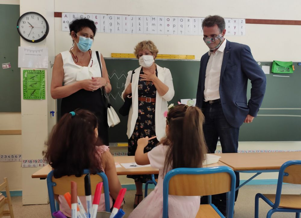 Quand Hélène Insel visitait l'école Les Frênes de Grenoble pour la rentrée de septembre 2020, aux côtés du maire de Grenoble Éric Piolle © Florent Mathieu - Place Gre'net